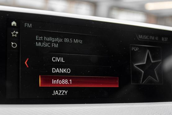 A BMW menüje iDrivval és a képernyő böködésével is kezelhető