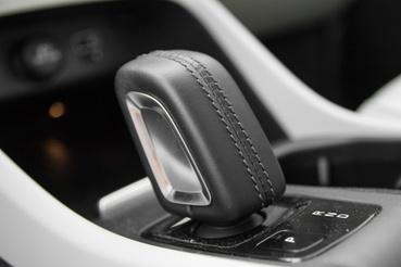 A Volvo újra feltalálta a váltópöcköt: két pöccintés D-ből R-be