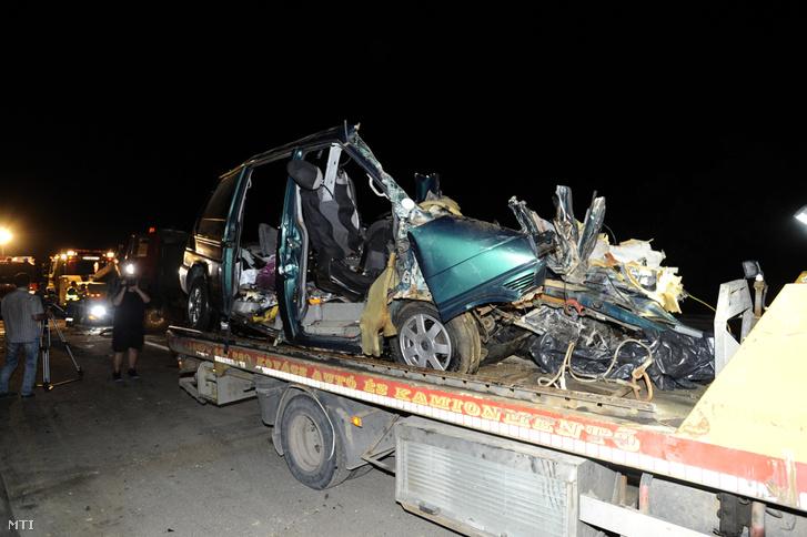 Ütközésben összetört kisbusz Ceglédbercel közelében a 4-es fõút 59-es kilométerénél 2018. május 22-én.