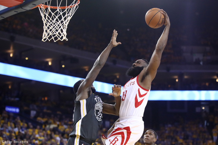 James Harden zsákolt Draymond Green mellett