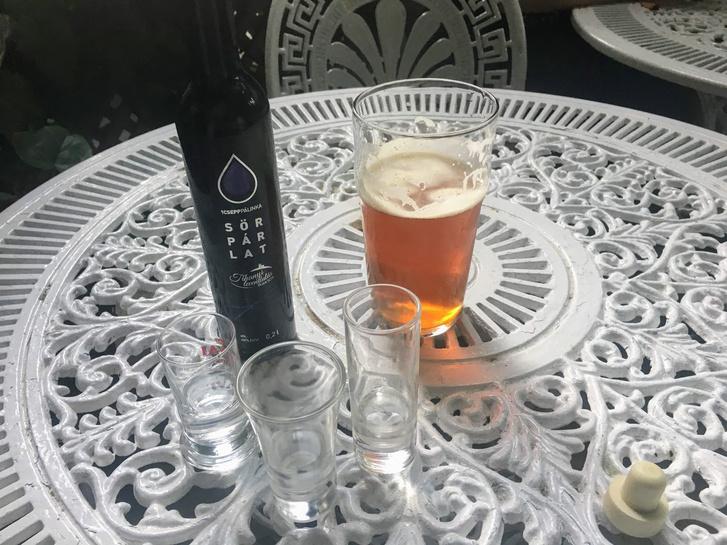 A párlat, egy pohár sör kíséretében - Fotó: Tenczer Gábor
