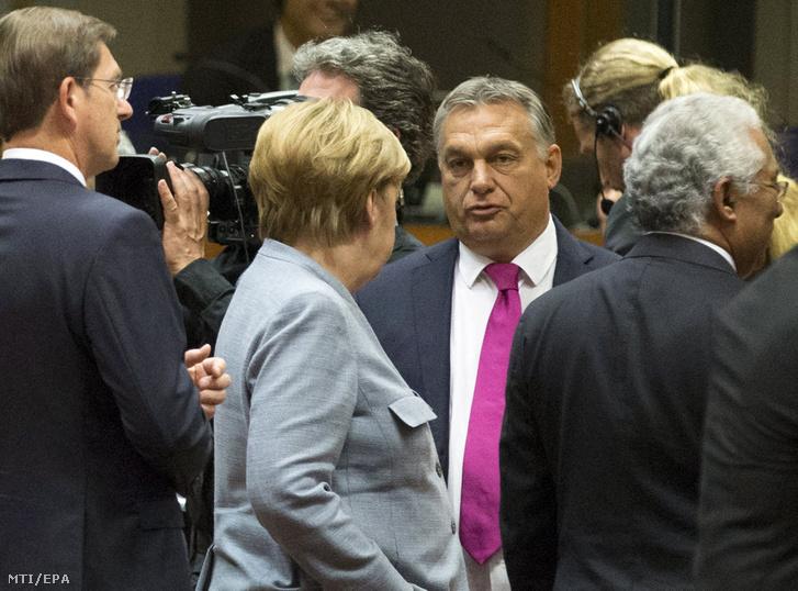 Orbán Viktor miniszterelnök (k jobbra) és Angela Merkel német kancellár (k balra) beszélget az Európai Unió kétnapos brüsszeli csúcstalálkozójának kezdetén Brüsszelben 2017. október 19-én.