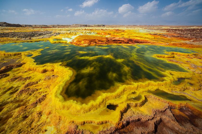 Etiópiában, a Danakil-mélyedésben szürreális táj tárul fel a látogatók előtt. A forró tavak vize sárga a természetes klórtól és kéntől. A pokol kapujaként emlegetett, barátságtalan vidék az emberek számára veszélyes, egyes mikrobák azonban jól érzik magukat.