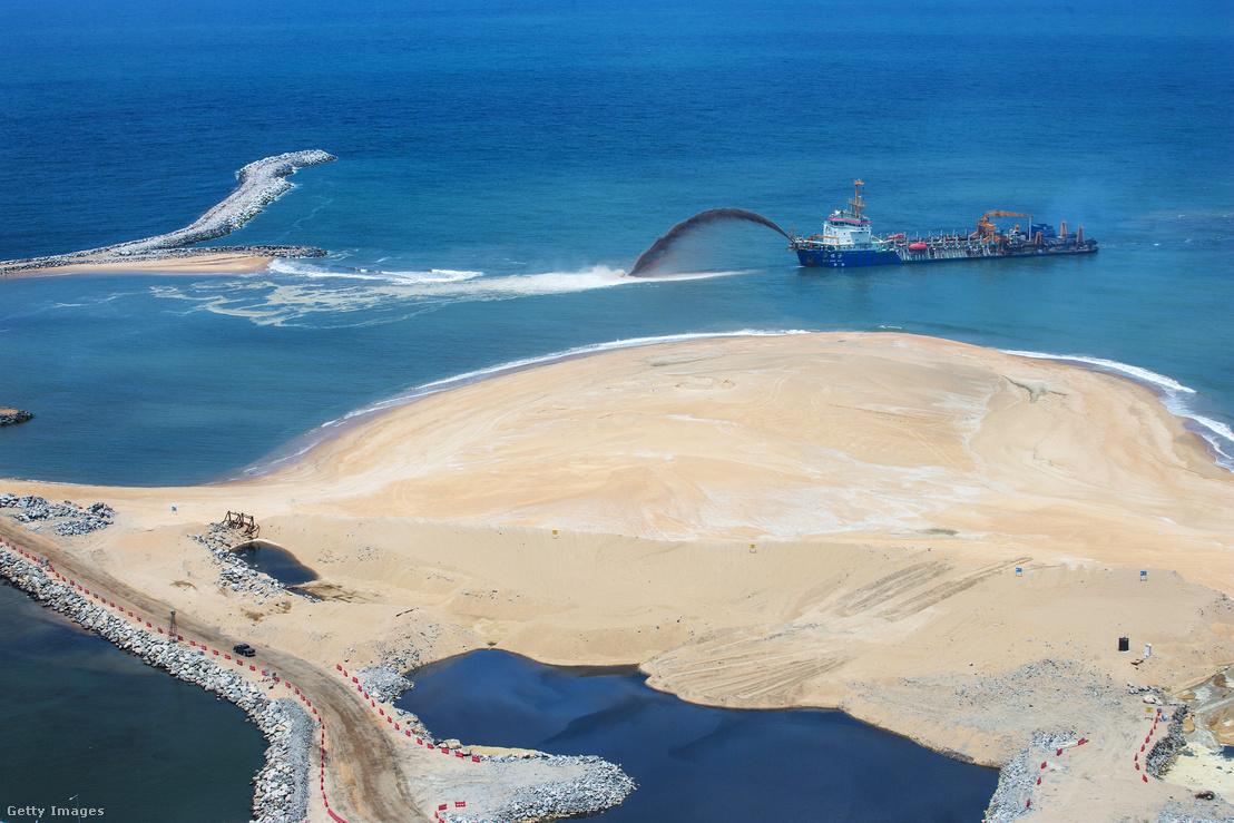 Munkagépekkel tisztítják a Colombo Port City épülő luxuspartszakasza melletti vizeket