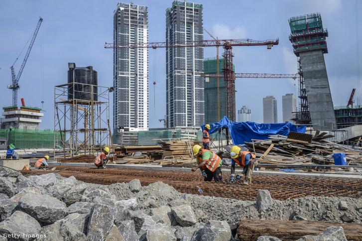 Épülő kínai felhőkarcolók a Colombo Port City projekt üzleti negyedében.
