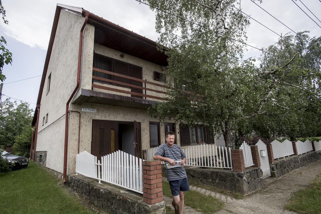 """57 éves Gábor családjában, aki bevallottan azért építette ekkorára megint csak a nyolcvanas években a házát, mert arra számított, hogy """"valamelyik gyerek csak itt marad""""."""