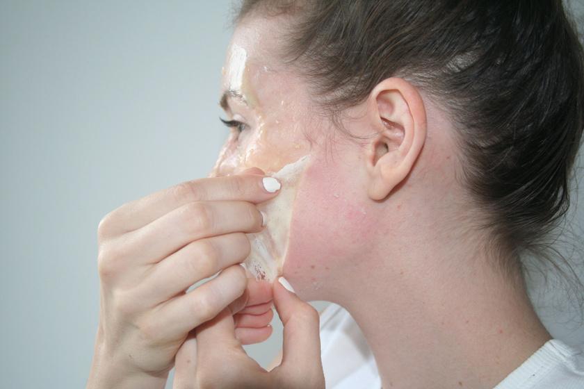A mitesszerek eltávolításához keverj össze porrá zúzott zabpelyhet - turmixgéppel is csinálhatod - citromlével, mézzel és zselatinnal. Melegítsd fel, aztán, ha már sűrűsödik, kend az arcodra, és 15 perc múlva húzd le.