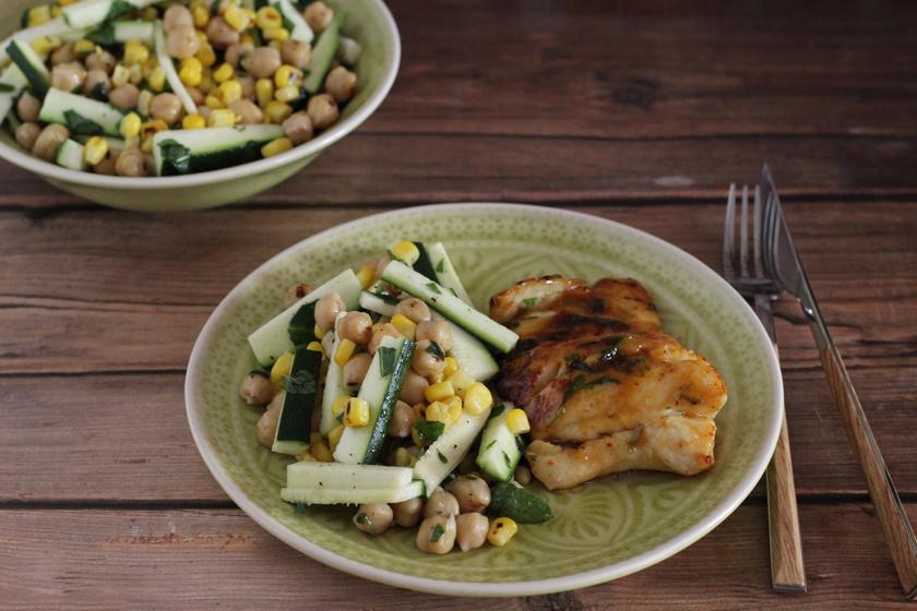 Édes chilis hal könnyű salátával: a legjobb párosítás meleg nyári napokon