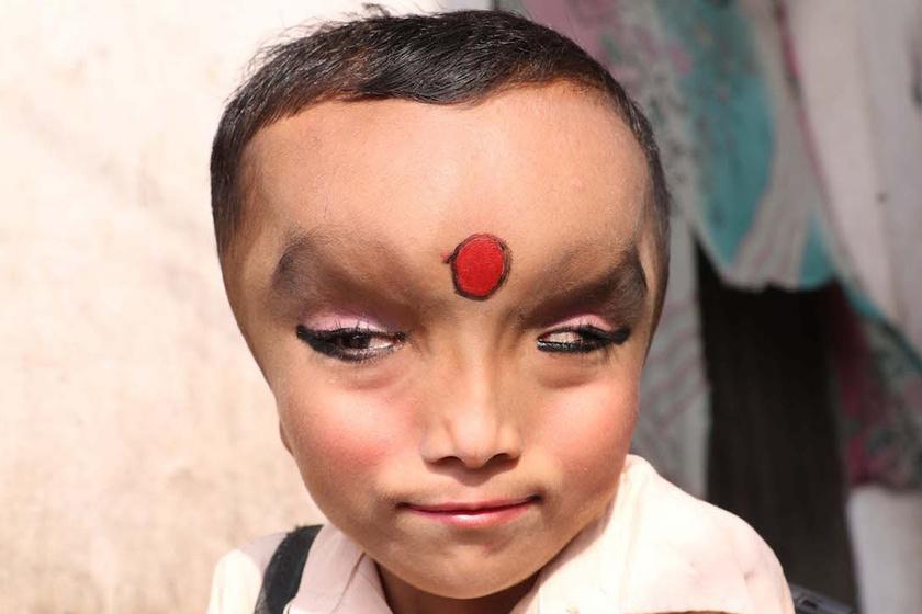 Prashnu élete nem csoda, ha merőben más, mint egy átlag hétévesé - felmerül természetesen, hogy nem árt-e mindez a lelki fejlődésének.