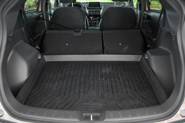 Ledöntött ülésekkel már használható méretű a csomagtér, de jól látszik, mennyire benyúlnak a keréktakarók