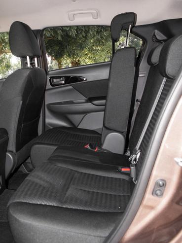 A hátsó ülések tologathatók, illetve a httámlájuk több fokozatban dönthető