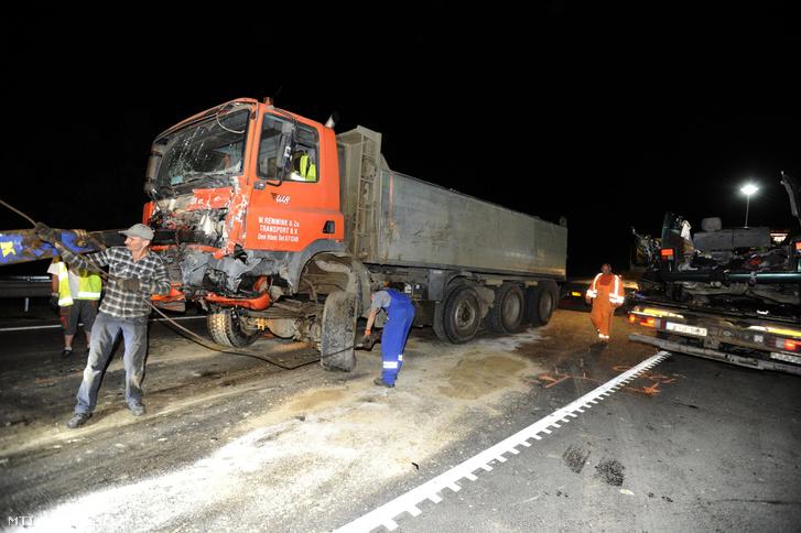 Ütközésben összetört kisbusz (j) Ceglédbercel közelében a 4-es fõút 59-es kilométerénél 2018. május 22-én.