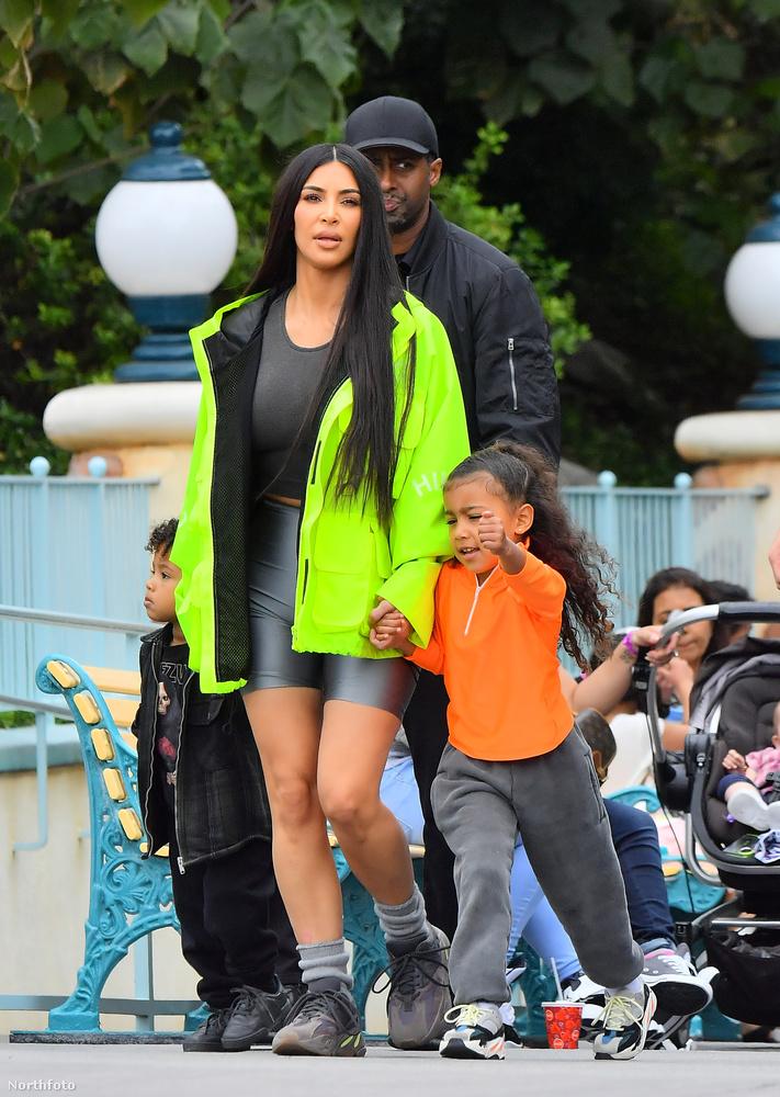 Szóval, ha Disneylandbe kell menni, Kim Kardashian is egy átlagos anya, olyan apró különbségekkel csupán, mint hogy minden lépést testőrök vigyázzák.Ezzel búcsúzunk, de ha szívesen látna még hírességeket ilyen teljesen hétköznapi helyzetekben, akkor itt megnézheti, milyen az mikor a királynő látogatást tesz a dédunokájánál, itt pedig egy egész sorozatot talál arról, milyen az, mikor a celebek is átlagemberek a strandon.viszlát!
