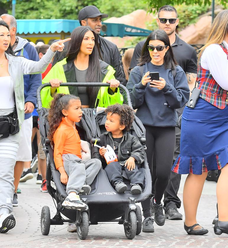 Ám visszatérve Kim Kardashianra, ilyen fotót is ritkán látunk róla, amin csak azzal tűnik ki a tömegből, hogy dupla babakocsit tol