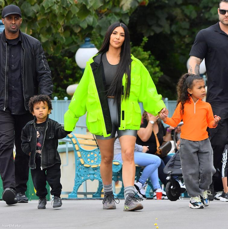 Hiszen mielőtt még valaki elfelejtené, a celebritás három gyermek édesanyja, akik közül a két idősebbet (North és Sain Westet) a napokban elvitte Disneylandba, hogy mint egy - szinte - átlagos család, szórakozzanak