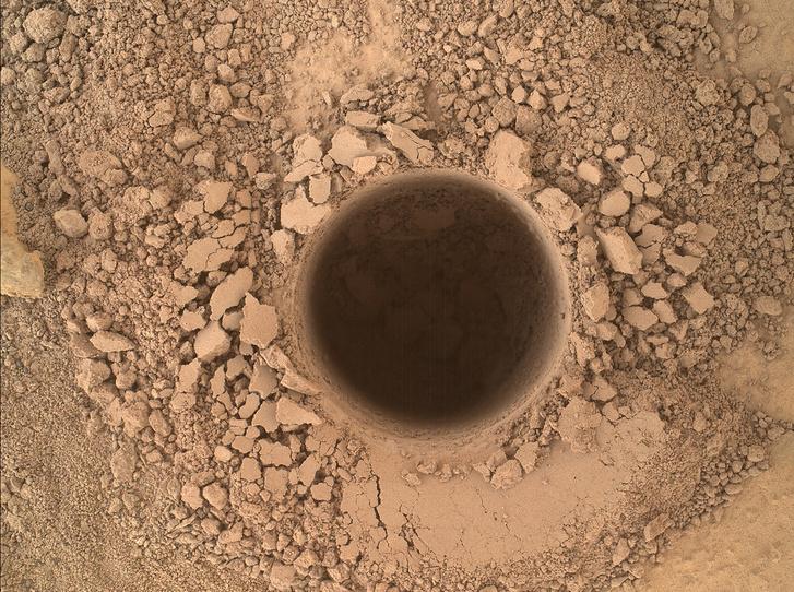 Egyelőre csak kisebb lyukakat ejtettünk a Marson, a kép a Curiosity által mintavétel céljából fúrt nagyjából 5 centiméteres furatotról készült.