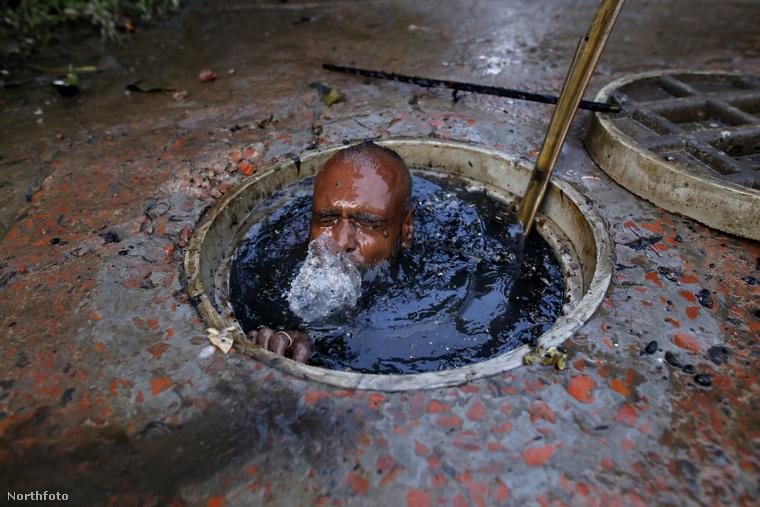 Jól látja a képeken: a takarítók mindenféle felszerelés nélkül merülnek alá az eldugult csatornákba, amiket teljesen megtölt a szennyvíz, ami természetesen az utca minden mocskát is viszi magával.