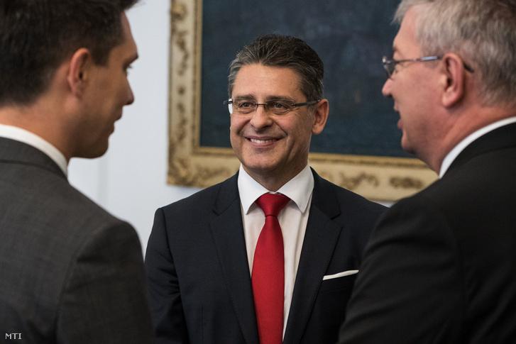 Balog Ádám az MKB Bank vezérigazgatója (b) Jaksa János az MKB Bank igazgatóságának elnöke (k) és Nyemcsok János az MKB Bank Felügyelőbizottságának tagja.