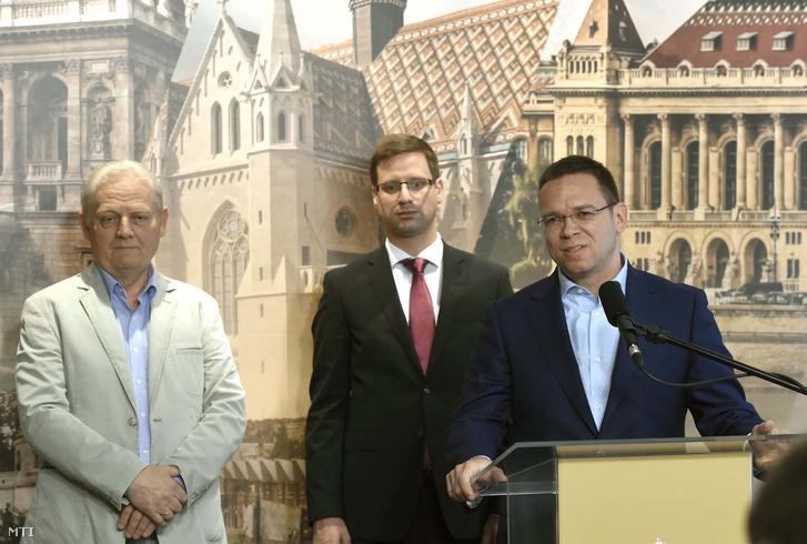 Fürjes Balázs (j) a Budapestinfó keretében a kormány és a főváros együttműködéséről tartott sajtótájékoztatón a Városházán 2018. május 18-án. Mögötte Tarlós István főpolgármester (b) és Gulyás Gergely a Miniszterelnökséget vezető miniszter.