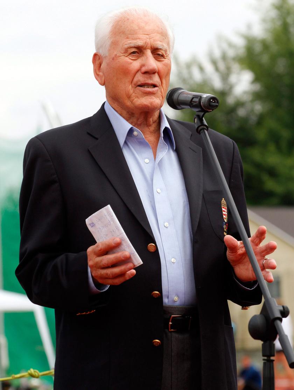 A róla elnevezett futópálya átadásán 2015 júniusában a Miskolci Egyetemen.