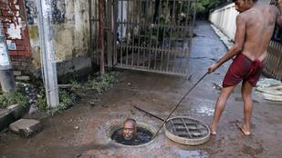Szar meló: alámerüléssel tisztítják a csatornát Bangladesben