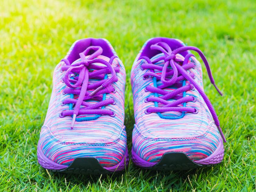 A futócipők szennyeződéseit egy fogkefével távolíthatod el gyorsan, egy teáskanál mosogatószer és két deci víz keverékével. Utána nedves szivaccsal töröld át a felületet! A fűzőkről se feledkezz meg!