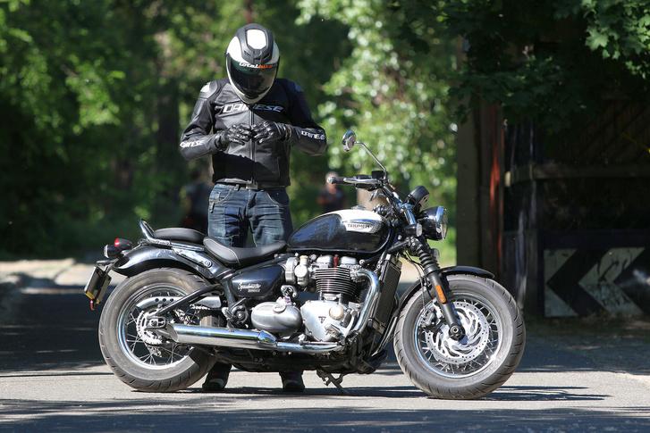 Érzem a stílushibát: a motorhoz képest túl sportos az outfit