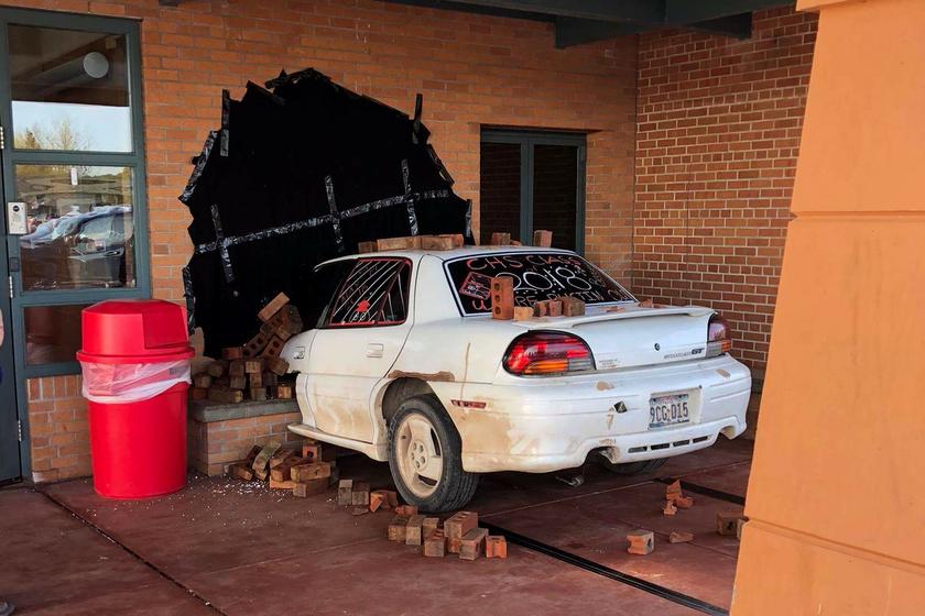 Az igazgató látta, hogy egy kocsi csapódott az iskola falába: kiderült, hogy egészen más történt
