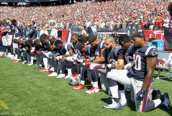 A többségében térdelő New England Patriots-játékosok