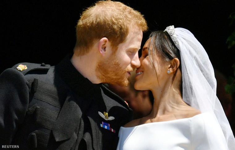 Ez volt az első csók a kápolnán kívül várakozóknak.
