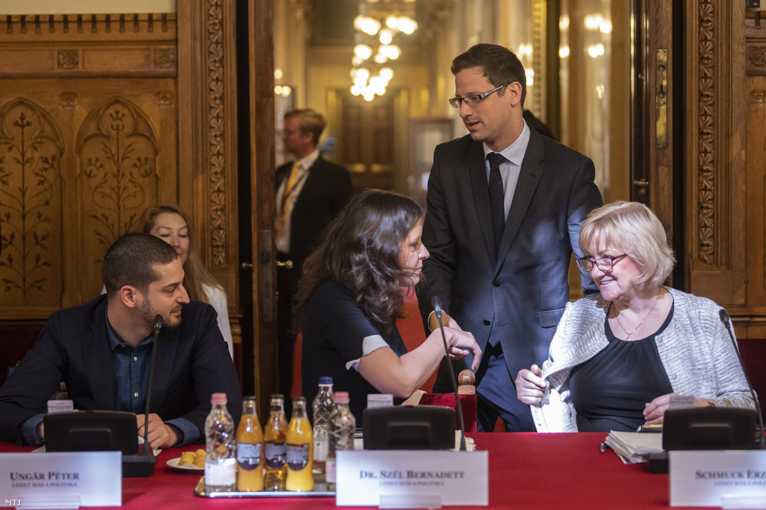 Gulyás Gergely (Fidesz-KDNP j2) Szél Bernadett (b2) Ungár Péter (b) és Schmuck Erzsébet (Lehet Más a Politika) megválasztott képviselők az Országgyűlés alakuló ülését előkészítő tárgyaláson 2018. április 24-én.