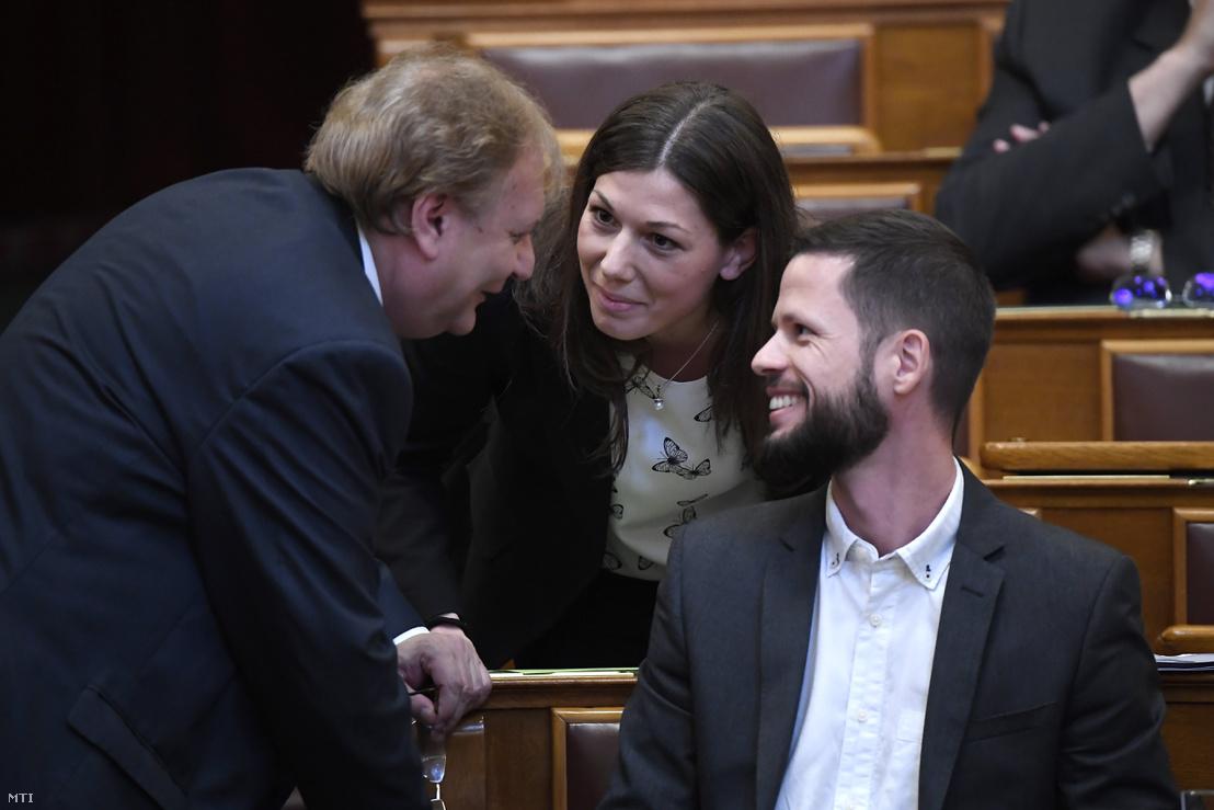 Hiller István szocialista képviselő, az Országgyűlés alelnöke (b), valamint Bősz Anett és Tordai Bence, a Párbeszéd képviselői az Országgyűlés plenáris ülésén az Országházban 2018. május 11-én.