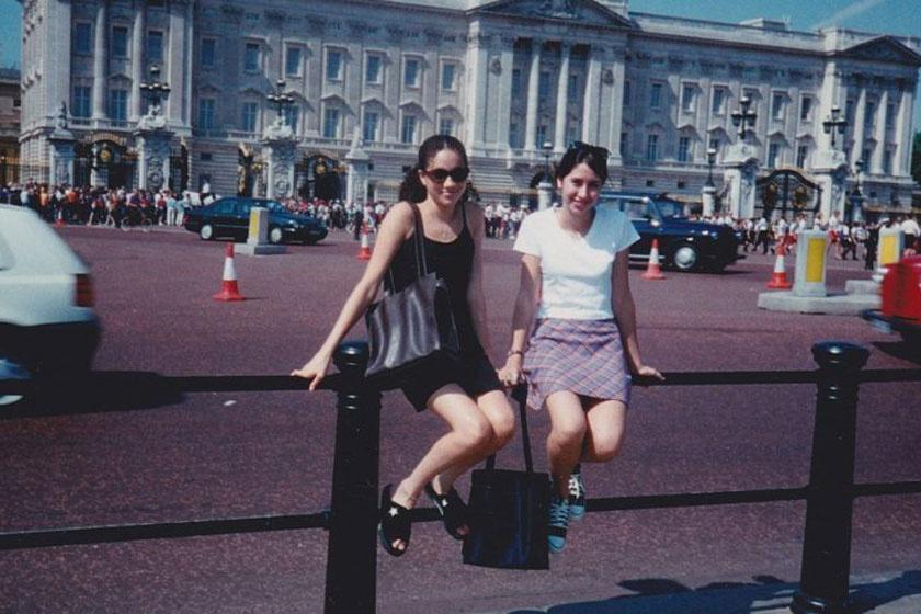 A 15 éves Meghan és barátnője a Buckingham-palota előtt.