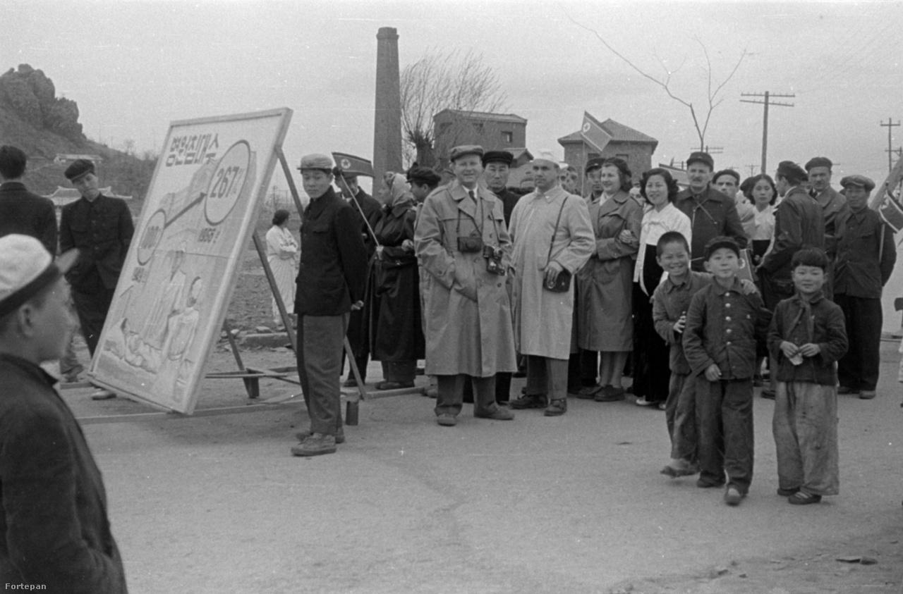 Egy nagy szabású szarivoni felvonuláson készült ez és a következő három kép is, 1956. május 1-jén. A balra látható, jókora, négy ember által vitt plakátról az olvasható le, hogy a terv szerint az egészségügyben 100-ról 267 százalékra nő a kórházi ágyak száma 1949-től 1956-ig.