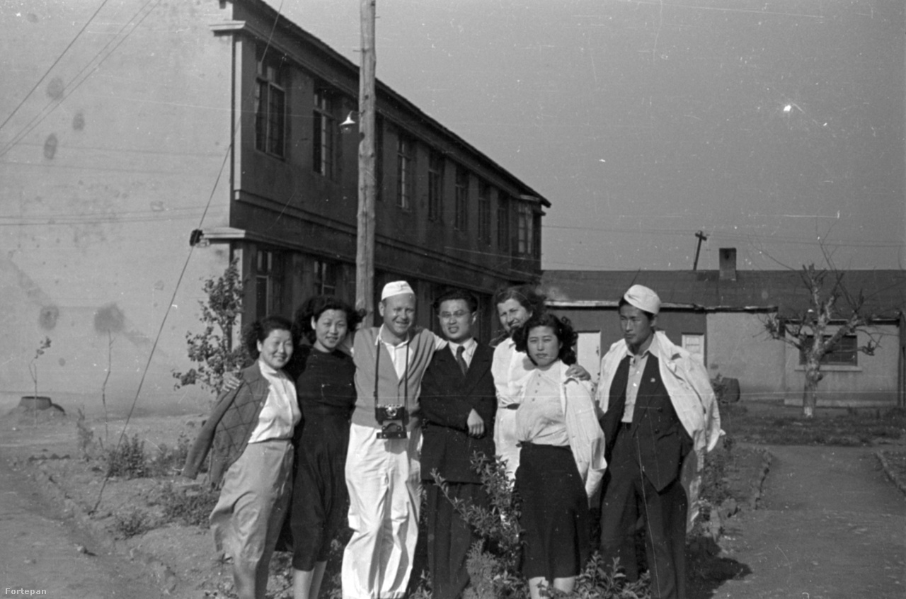 Magyar és észak-koreai orvosok csoportképe. Ha jól látjuk, a magyar doktor nyakában egy első szériás Zorkij fényképezőgép (Leica kópia) lóg, amit 1948-tól gyártottak a Szovjetunióban.