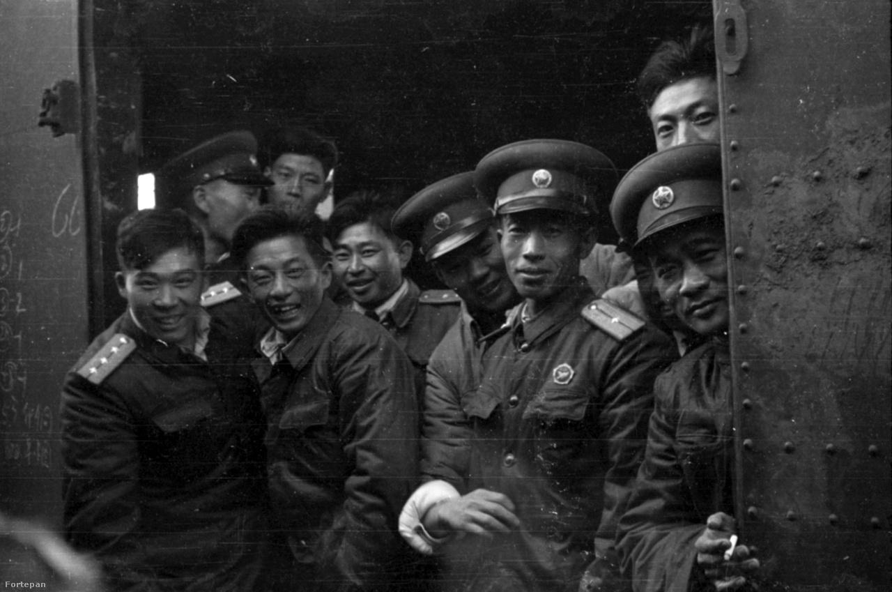 A Kínai Népi Felszabadító Hadsereg katonái, főként tisztek egy ki tudja honnan, hová tartó vonaton. A Kínai Népköztársaság katonái Észak-Korea oldalán harcoltak a koreai háborúban, és 1958-ban, öt évvel a tűzszünet megkötése után hagyták el az országot.