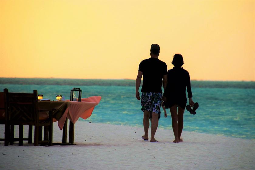 A hagyományos nászútnak leáldozott? Új trend hódít a friss házasoknál