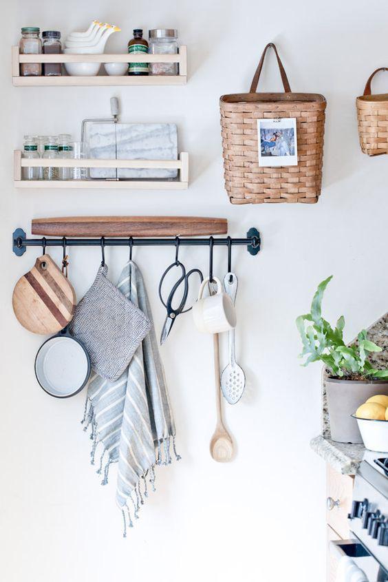 Ki mondta, hogy a fogas csak az előszobába való? Bátran akaszd fel konyhai kiegészítőidet is a falra: átlátható és helytakarékos megoldás!