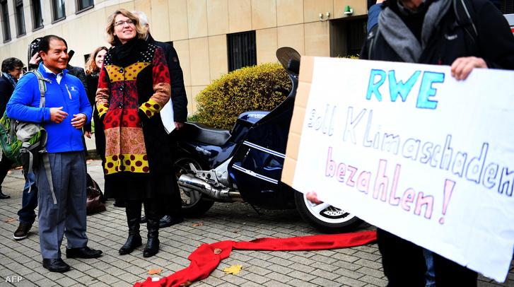 Roda Verheyen már 2016-ban is vállalt egy hasonló ügyet, akkor a német energiaszolgáltatót, az RWE-t perelték be segítségével többek között perui földművesek, mondván üvegházhatást okozó gázok egyik fő kibocsátójaként hozzájárul az Andok gleccsereionek olvadásához, így peruiak otthonait és megélhetését sodorja veszélybe
