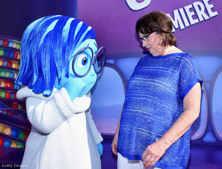 Bánat, a Disney-Pixar Agymanók című animációs filmjének szereplője szomorkodik Phyllis Smith színésznővel