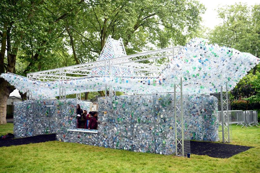 Tegnap állították fel Nick Wood brit művész Waste of Space című installációját a Londoni Állatkertben.