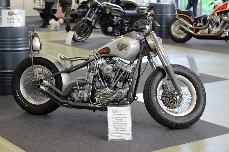 Ez az 1000-es Panhead Harley eredetileg 1950-es gyártású, de nagyon szépen megépítették, a tank, az ülés, a felnik - tiszta és visszafogott