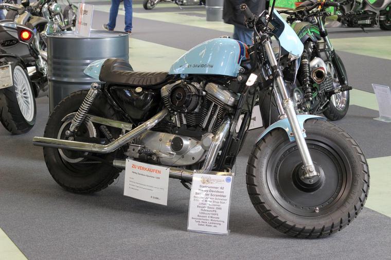 Ezt a Harley-Davidson Sportstert a scramblerség irányába vitték el, egyedi a tank, a faridom, a fényezés, a villa és a kerekek, illetve kapott egy szolíd motortuningot, amivel az 1200 köbcentiből körülbelül 100 lovat csaltak elő