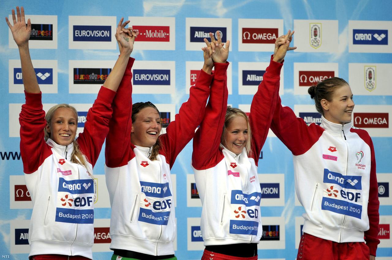"""Az első utalás Shane Tusupra a 2010-es budapesti Európa-bajnokságon, ahol a női 4x200-as gyorsváltóval nyert aranyat. A váltó tagjai mind felírták kedvesük nevét a tenyerükre, Hosszú viszont csak annyit írt, """"titok"""""""