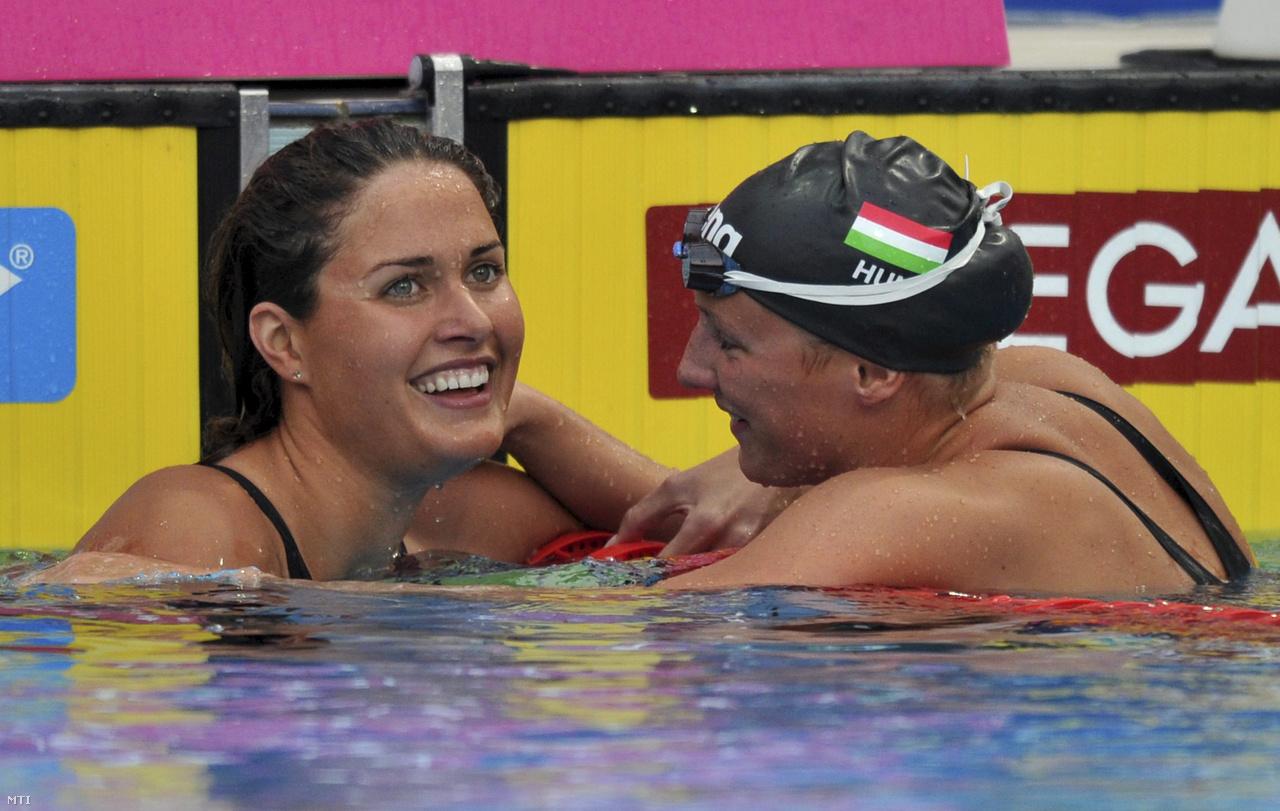 A 2010-es Eb pillangódöntőjében Hosszú első, Jakabos Zsuzsa második lett. Akkor még jó viszonyban voltak, később szinte minden magyar úszótól eltávolodott Hosszú