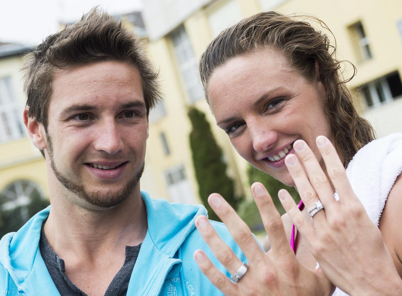 2013-as házasságkötésük után mutatják az esküvői gyűrűieket a Császár-Komjádi Sportuszodában