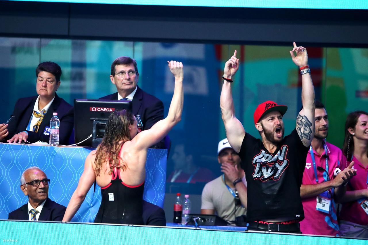 Hosszú és Tusup a 2017-es budapesti világbajnokságon ünnepelnek. Hosszú odatette magát a hazai közönség előtt, 200 és 400 vegyesen is sorban harmadik világbajnoki aranyát nyerte, 200 háton ezüst, 200 pillangón pedig bronzéremmel zárt