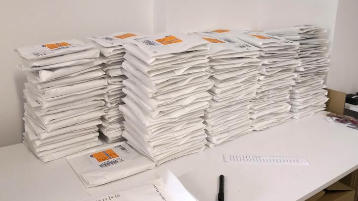 Egy adag könyv, postázásra készen
