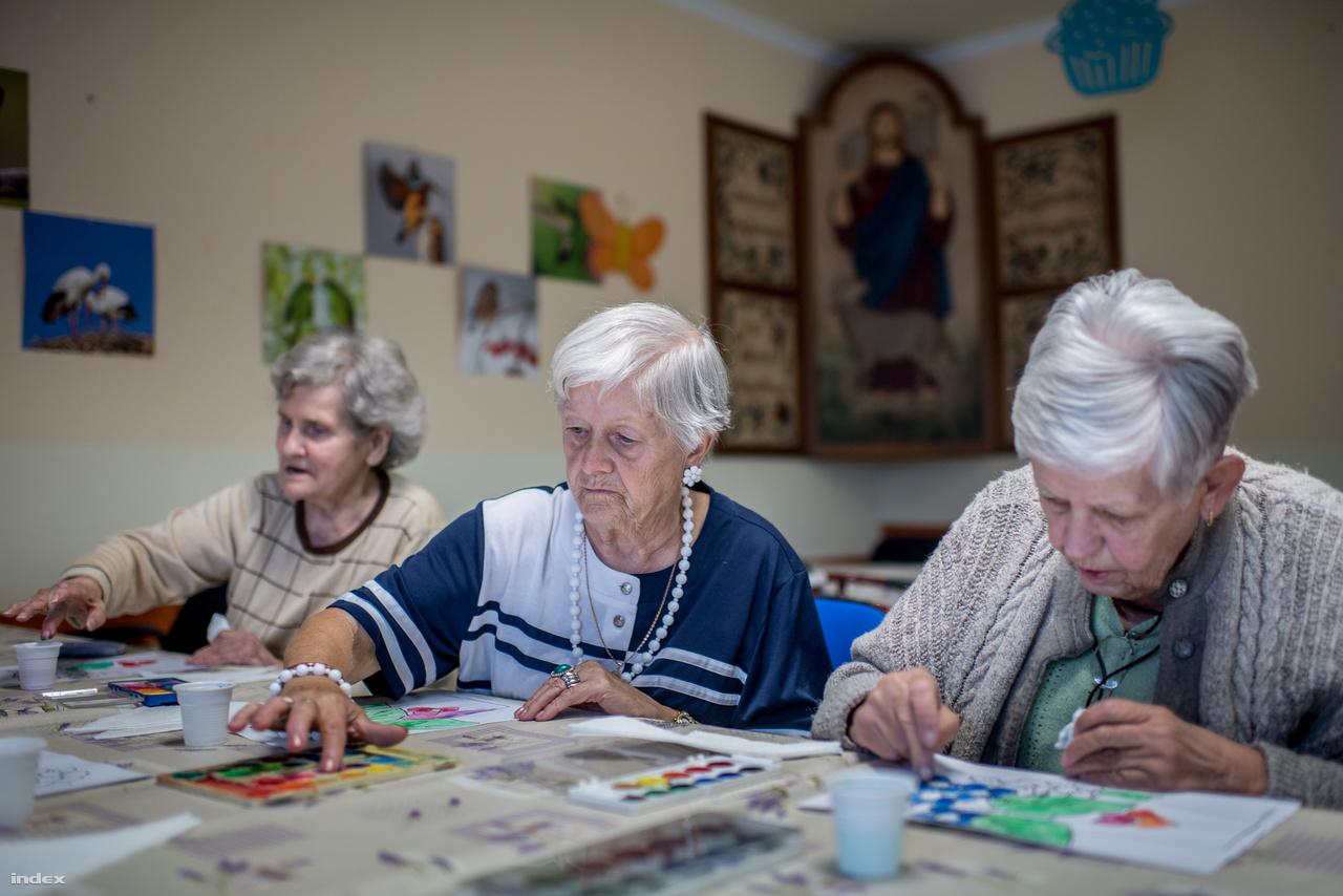 Ott vannak a kiszolgáltatott vagy veszélyeztetett élethelyzetben levők mellett, időseket, hátrányos helyzetű gyerekeket, hajléktalanokat, katasztrófa által sújtottakat, menedékkérőket, szegényeket és betegeket is segítenek. Budaörsi idősotthonukban éppen művészeti foglalkozás zajlik.