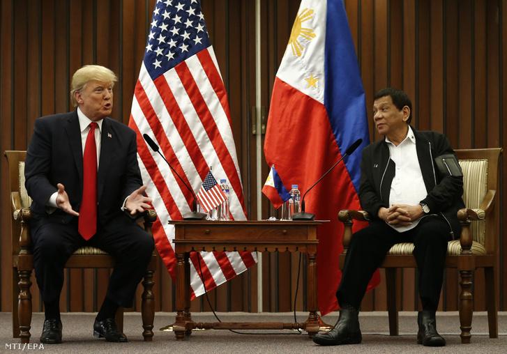 Rodrigo Duterte Fülöp-szigeteki elnök (j) és Donald Trump amerikai elnök a Délkelet-ázsiai Országok Szövetsége, az ASEAN csúcstalálkozója mentén tartott kétoldalú találkozójukon Manilában 2017. november 13-án.